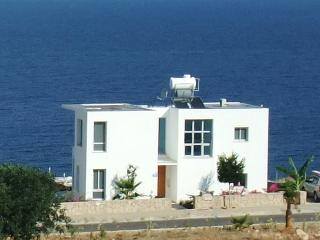 Blue Horizon with Private Heated pool option, WiFI, AC to all rooms, UK TV, Ayios Amvrosios
