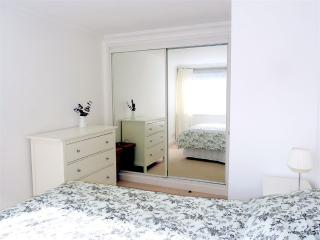 Kingsize bed, black out blinds, mirrored wardrobe