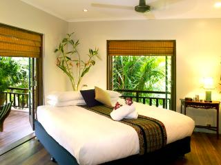 The master bedroom has ceiling fan, air-con, & 3 double doors opening to the award winning garde