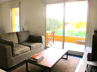 Beau studio climatise avec terrasse et jardin, dans residdence calme & securisee