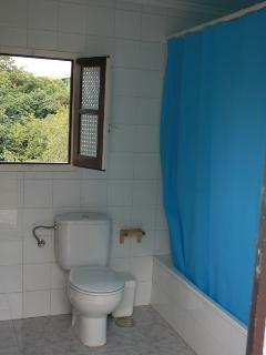 Baño amplio con lavadora incluida.