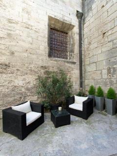 Cour communale fermée avec salon de jardin