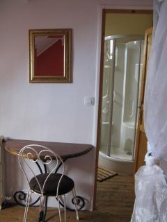 La chambre avec un coin bureau.