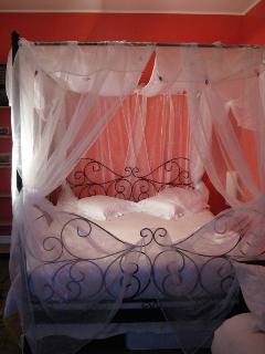 Voici la seconde chambre, toujours avec un lit à baldaquin, télévision et Wifi
