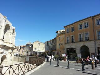 Appartement au pied des arènes + parking, Arles
