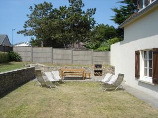 la terrasse est entièrement à l'abri des vents et des regards; le barbecue est construit