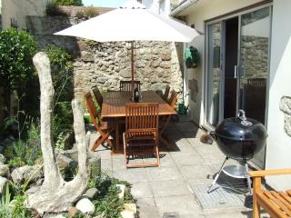 Eat 'al fresco' in the courtyard with barbecue.