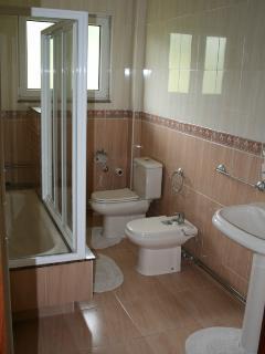 Baño completo con acceso desde el pasillo de la foto anterior. Baño para los huéspedes de los dormit