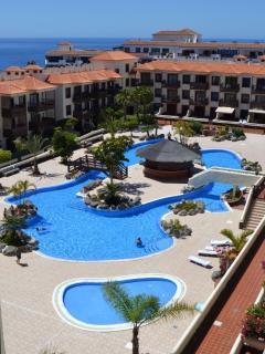Piscinas del complejo. Una enorme piscina que permite el nado y el ocio. Sin masificar.