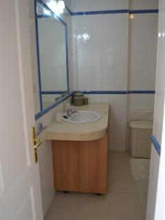 Baño con gran espejo. Muy amplio y cómodo.