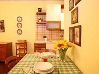 Tavolo verso sala e cucina