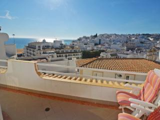 Varandas do Mar 2 bedroom apt with sea views and FREE WI-FI in central location