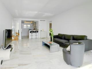 Lounge towards fully equipped open plan kitchen