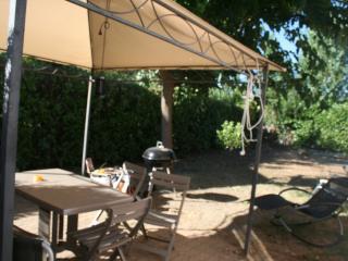 derrière maison salon jardin barbecue transats