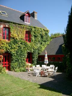 maison coté cour avec salon de jardin