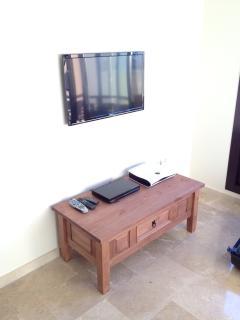 32' LED TV & DVD Player, Complete with Sky TV - The TV has USB & HTMI Inputs for Gaming