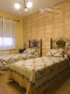 Dormitorio doble (vista parcial con detalles de camas y ventana)