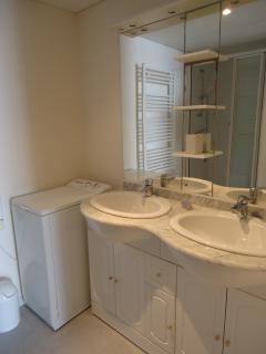 Salle d'eau avec douche et double vasque