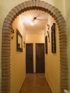 Detalle de arco en pasillo de distribución de la vivienda.