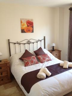 Main bedroom - Kingsize bed (luxury Tempur mattress) & en-suite bathroom (bath, shower & toi