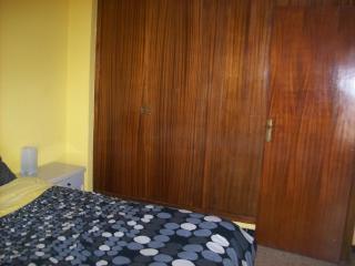 Dormitorio con gran armario empotrado