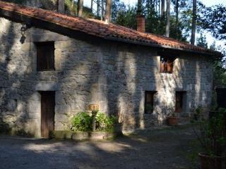 Cabaña de piedra en la montaña