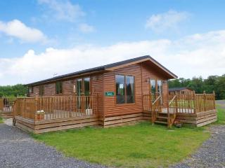 SURREY LODGE, log cabin, ground floor, hot tub, pet-friendly, in Kiplin, Ref