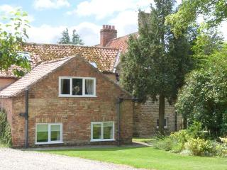 APPLE COTTAGE, romantic retreat, shared indoor heated swimming pool, close to