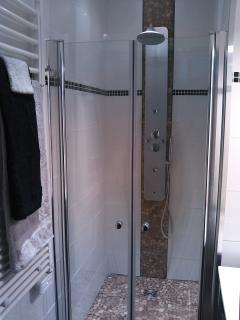Douche à l'italienne, sèche-serviettes