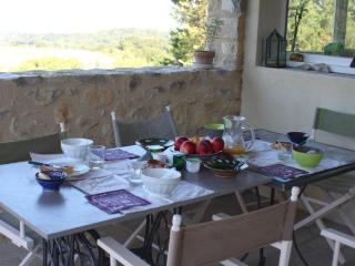 Le petit déjeuner sur notre terrasse face aux montagnes de l'Ardèche