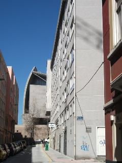 Vista al exterior. Al lado del museo Domus