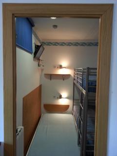 Habitación pequeña con 3 camas
