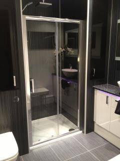 Luxury Showeroom with double shower with 2 showerheads,heated flooring,Luxury velvet robes and a TV!