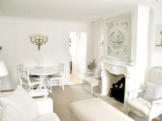 Gorgeous Lymington Apt: Terrace, Parking, Wifi, 3-bed / 2-bath. Close to High St