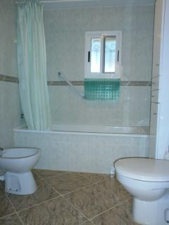 Bathroom with toilet and washbasin