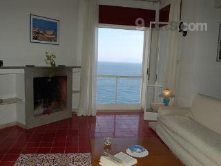 Il salone con ampio finestrone sul mare