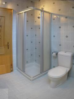 Bright and modern en-suite