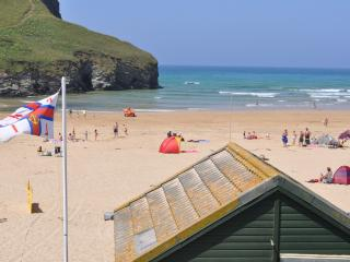 Beach Retreat- By the beach with great sea views, Mawgan Porth