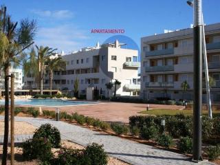 Fachada del apartamento y piscinas comunitaris