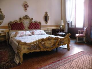 Fenice apt. with canal view, Venecia