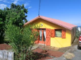 La maison, côté montagne, donne sur le Chemin Glissant, une petite rue calme à la sortie du village