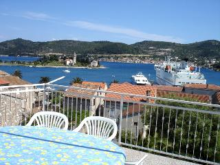 Blu apartment (sea view, huge terrace, 4+1), Vis