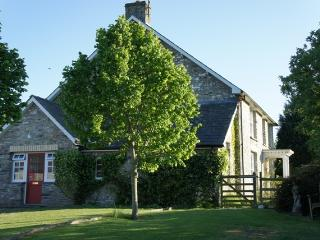 Welsh farmhouse for 8, wifi, games room, BBQ, dogs, Lampeter