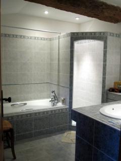 Salle de bain (douche italienne et baignoire)