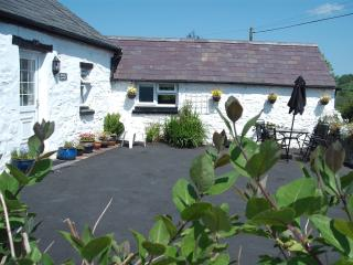 Set in its sunny courtyard, Gorrig Cottage is a charming holiday home. Come and see!