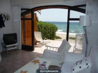 Salón directo al mar, con ventilador en techo y vistas a Cabo de Gata