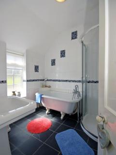 Welsh coastal holiday cottage - family bathroom