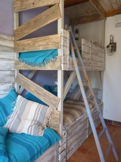 pour la joie des petits et des grands, notre cabanne aux trois lits entremélés,