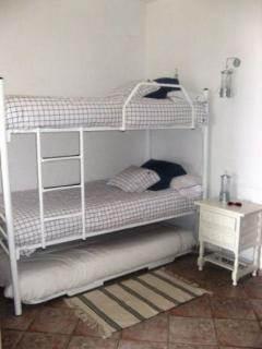 Comodo dormitorio infantil con literas