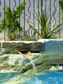 la fontaine s'écoule de source...ses doux sons enjoleurs ruisselant par delà la maison.